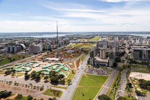 800px-Brasilia_aerea_eixo_monumental
